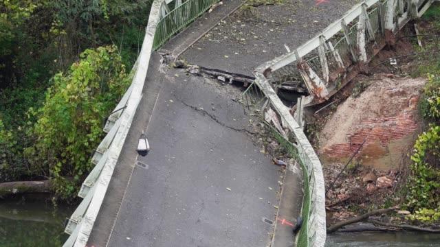 金屬橋的碰撞甜菜兩岸。 - 橋 建築物 個影片檔及 b 捲影像