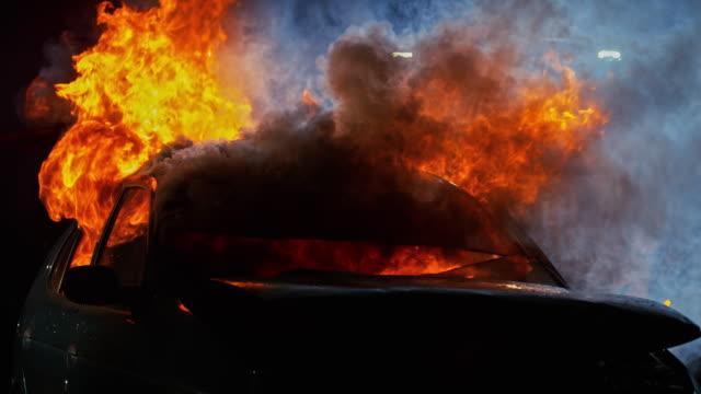 밤에 불 자동차 slo mo 추락 - 10초 이상 스톡 비디오 및 b-롤 화면