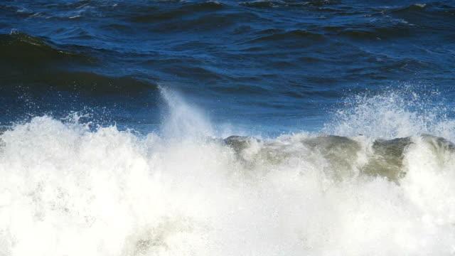 vídeos de stock, filmes e b-roll de ondas. massas de areia levado pelas ondas. tempo bonito e luz perfeita. vista da costa do oceano. versão 4 - países bálticos