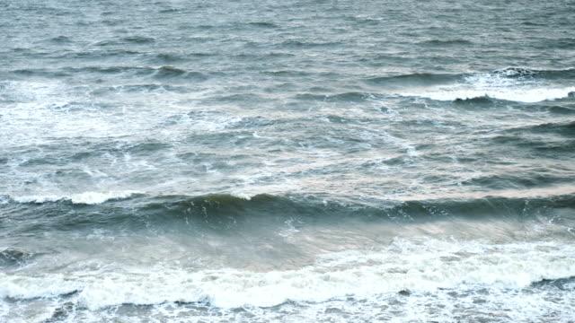 kastvågor. massorna av sand som bärs av vågorna. vackert väder och perfekt ljus. visa från stranden. version 11 - swedish nature bildbanksvideor och videomaterial från bakom kulisserna