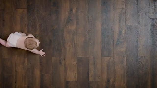 krypande bebis på golvet - bebis bildbanksvideor och videomaterial från bakom kulisserna