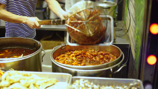 vídeos de stock, filmes e b-roll de lagostins que estão sendo cozinhados e servidos em shanghai. - frutos do mar