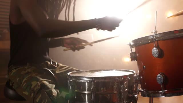 crazy afro kille är angelägen om rock musik - trumset bildbanksvideor och videomaterial från bakom kulisserna