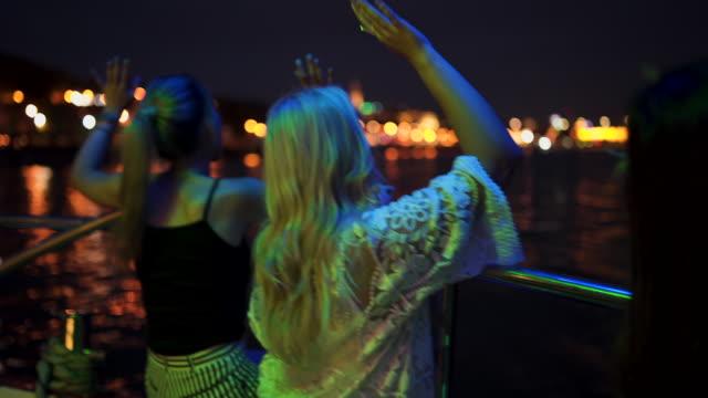Louca despedida de solteira em um barco - vídeo