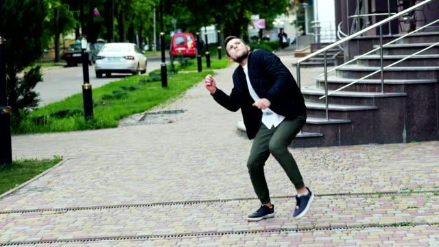 crazy rolig dans på gatan, mycket lycklig man, vinnande - dansa bildbanksvideor och videomaterial från bakom kulisserna