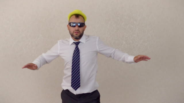 stockvideo's en b-roll-footage met gek gelukkig zakenman dansen in hoofdkantoor dragen pak vieren prestatie - niet gecultiveerd