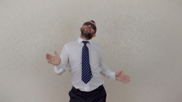 vídeos de stock, filmes e b-roll de empresário de feliz louco dançando no escritório corporativo usando terno comemorando a conquista - sem cultivo