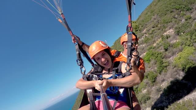 crazy paragliding flight above the beach - парапланеризм стоковые видео и кадры b-roll