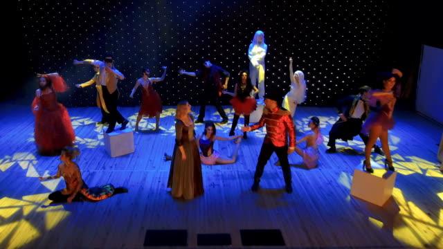 現代劇場でのクレイジーなパフォーマンス - グリースペイント点の映像素材/bロール