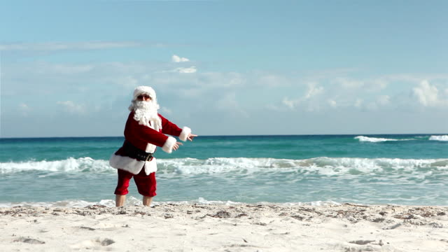 crazy santa beach - cena di natale video stock e b–roll