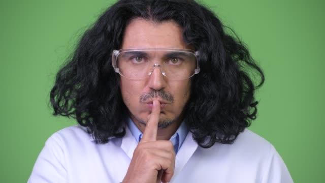 vídeos y material grabado en eventos de stock de científico loco con el dedo en los labios - dedo sobre labios