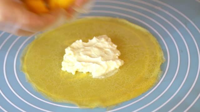 krema yumurtadan yapılmış cilt tarafından sarılmış mango ile - kek dilimi stok videoları ve detay görüntü çekimi