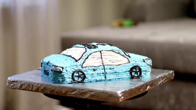 vidéos et rushes de gâteau crémeux sous la forme de la voiture. - fête de naissance