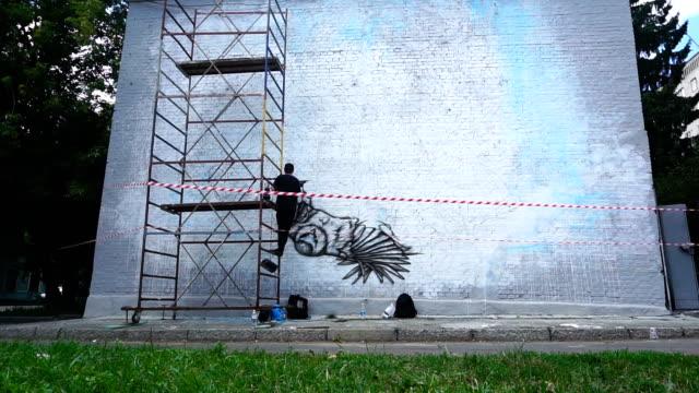 skapa av graffiti märkning väggen - väggmålning bildbanksvideor och videomaterial från bakom kulisserna