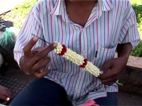 die blume angebot - kambodschanische kultur stock-videos und b-roll-filmmaterial