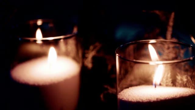 kreative adventsdekoration mit zwei brennenden kerzen - advent stock-videos und b-roll-filmmaterial