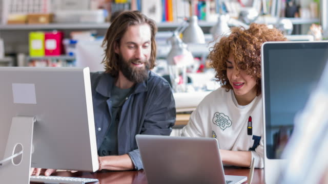 creative uomini d'affari che lavorano alla scrivania - efficacia video stock e b–roll
