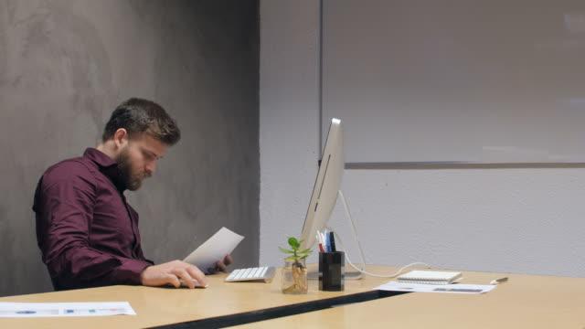 vídeos de stock e filmes b-roll de creative business people working in office - berlin wall