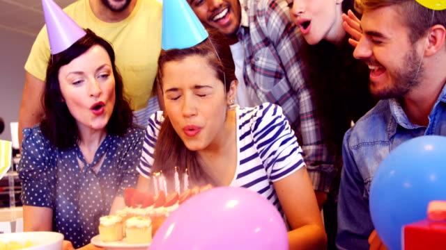vídeos de stock e filmes b-roll de creative business team celebrating their colleagues birthday - 20 24 anos