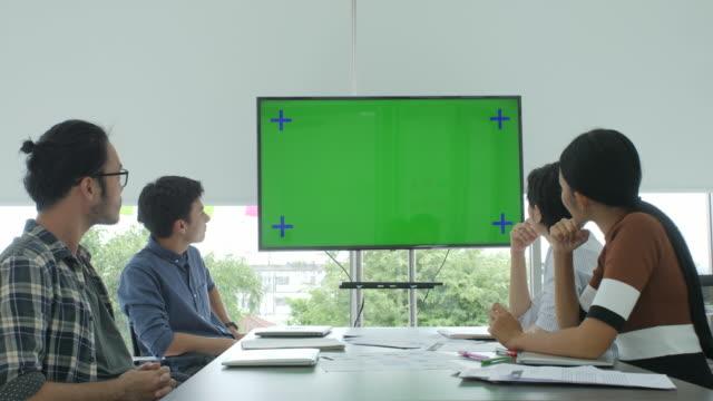 creative business-team tittar på grön skärm i konferensrummet applåderar talesman - fritidskläder bildbanksvideor och videomaterial från bakom kulisserna