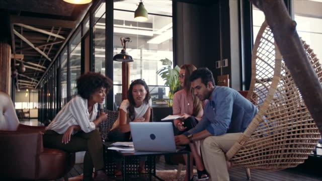 creative business-team som använder laptop under möte - nystartat företag bildbanksvideor och videomaterial från bakom kulisserna