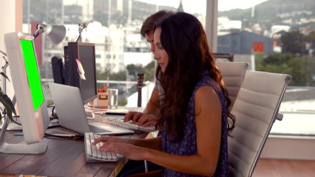 vídeos de stock e filmes b-roll de negócios equipe criativa trabalhando juntos no computador - envolvimento dos funcionários