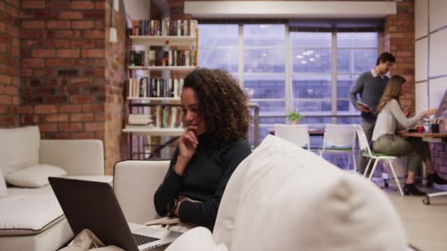 vídeos de stock e filmes b-roll de creative businesspeople working in modern office - trabalho de design