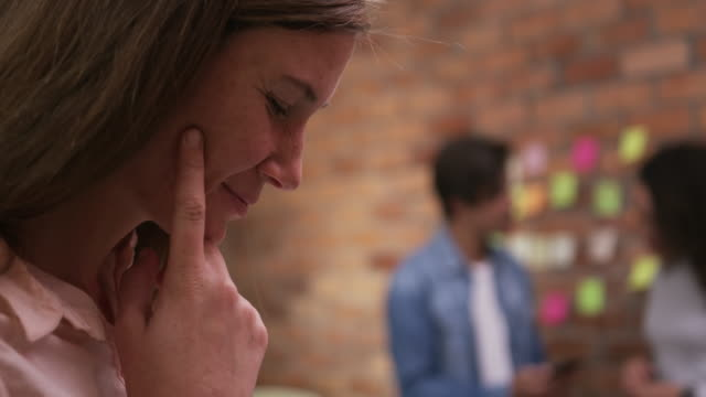 vídeos de stock e filmes b-roll de creative businesswoman smiling in modern office - trabalho de design