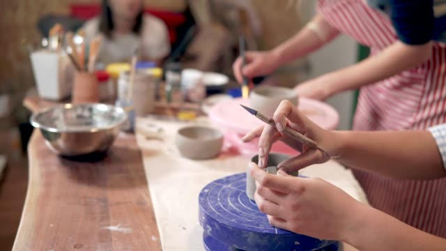 Creative class with beginner potters - vídeo