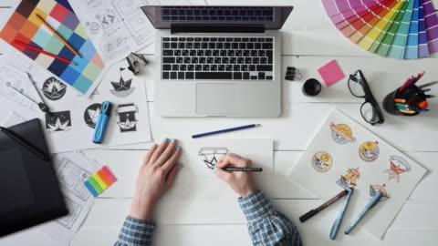 kreative designer arbeitet an einem logodesign - computergrafiken stock-videos und b-roll-filmmaterial