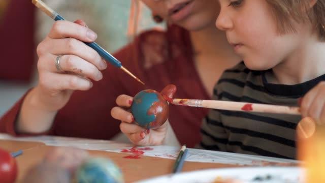 vídeos de stock e filmes b-roll de creative easter egg coloring day - bricolage