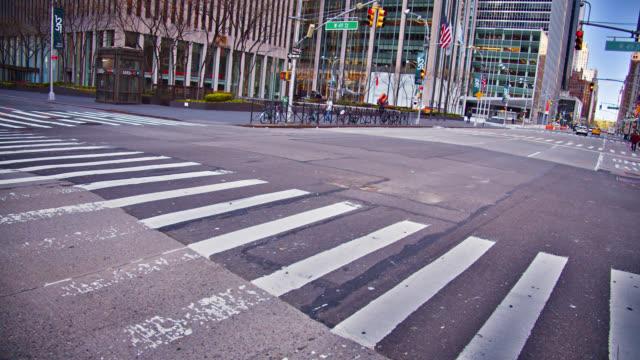 クリエイティブ空の6番街。ミッドタウンニューヨーク。通り。 - ロックダウン点の映像素材/bロール