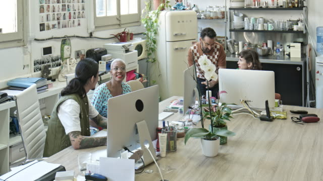 creative executives working on computers at desk - 30 39 lat filmów i materiałów b-roll