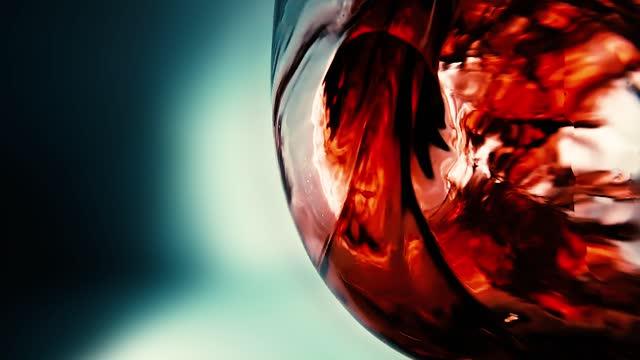 kreative makro-zeitlupe video von rotwein in ein glas gießen. glas mit gießendem rotwein aus nächster nähe. alte retro grunge vintage-stil. - cabernet sauvignon traube stock-videos und b-roll-filmmaterial