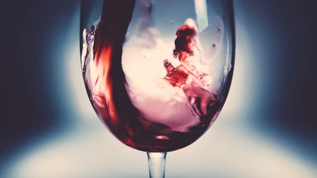 kreative makro-zeitlupe video von rotwein in ein glas gießen. glas mit gießendem rotwein aus nächster nähe. alte retro-grunge vintage-stil mit einem angenehmen, leicht und weich verblasst. - cabernet sauvignon traube stock-videos und b-roll-filmmaterial