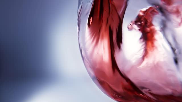 kreative makro-zeitlupe video von rotwein in ein glas gießen. glas mit gießendem rotwein aus nächster nähe. - cabernet sauvignon traube stock-videos und b-roll-filmmaterial
