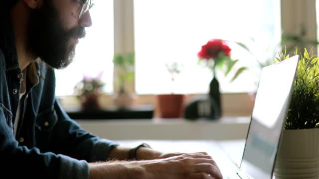 kreativa man som arbetar i hans moderna hemmakontor - fritidskläder bildbanksvideor och videomaterial från bakom kulisserna