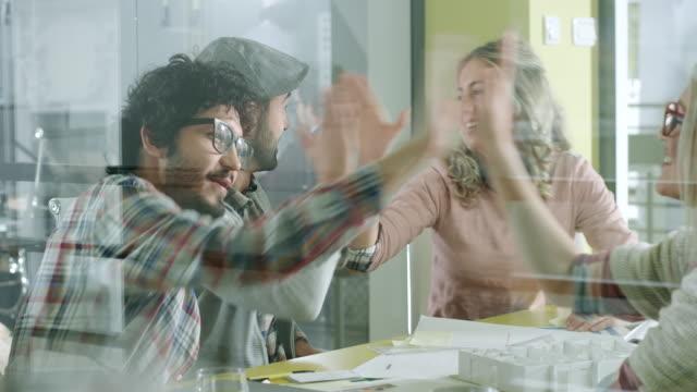 Personas creativas trabajando juntos - vídeo