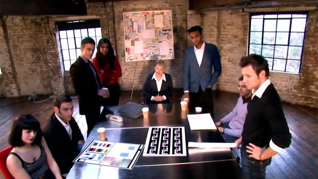 vidéos et rushes de creative petite salle de conseil d'affaires - mode bureau