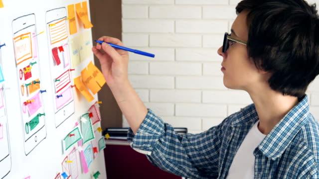 kreative ux-designer, usability-forschung für den mobilen einsatz zu tun - reisebüro stock-videos und b-roll-filmmaterial