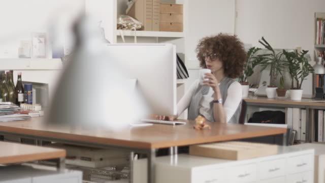 creativo donna al lavoro in ufficio - soft focus video stock e b–roll