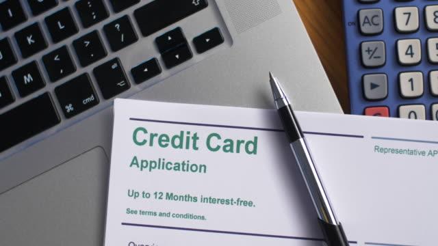 책상에 신용 카드 신청서, 노트북 및 계산기. - 이율 스톡 비디오 및 b-롤 화면