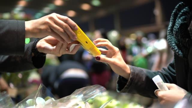 acquisto con carta di credito sul mercato dei fiori notturni - america latina video stock e b–roll