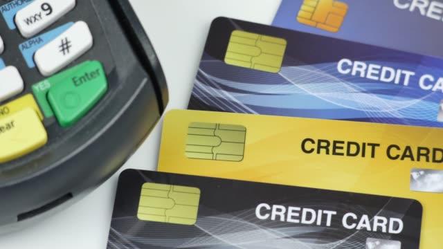 テーブルスローパン4kビデオ上のクレジットカード付きクレジットカードリーダーマシンまたは支払い端末 - クレジット決済点の映像素材/bロール
