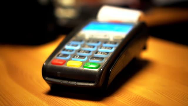 credit card terminal prints a check. - credit card filmów i materiałów b-roll