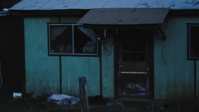 森の夕暮れの不気味な廃屋 - 請け戻し権喪失点の映像素材/bロール