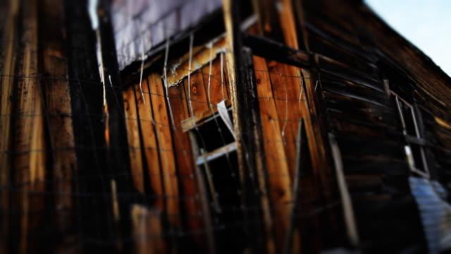 vídeos de stock e filmes b-roll de assustadora abandonada casa - celeiro