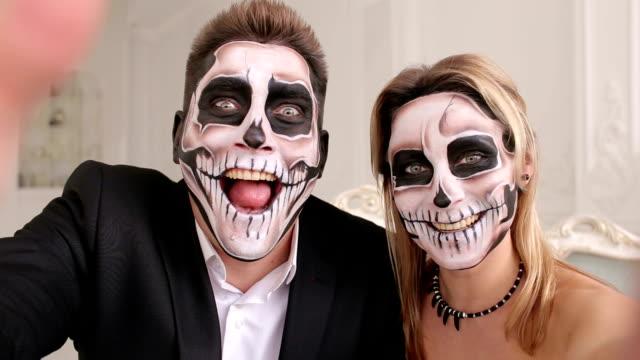 怖いハロウィーン化粧と不気味なカップルは、スタジオで selfies を作る。 - 舞台化粧点の映像素材/bロール