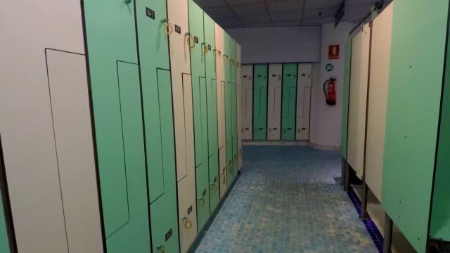 vídeos de stock, filmes e b-roll de pan de assustador vestiário vazio - armário com fechadura