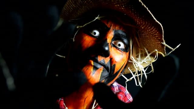 vídeos de stock e filmes b-roll de creepy scarecrow jack o'lantern halloween character - contacts